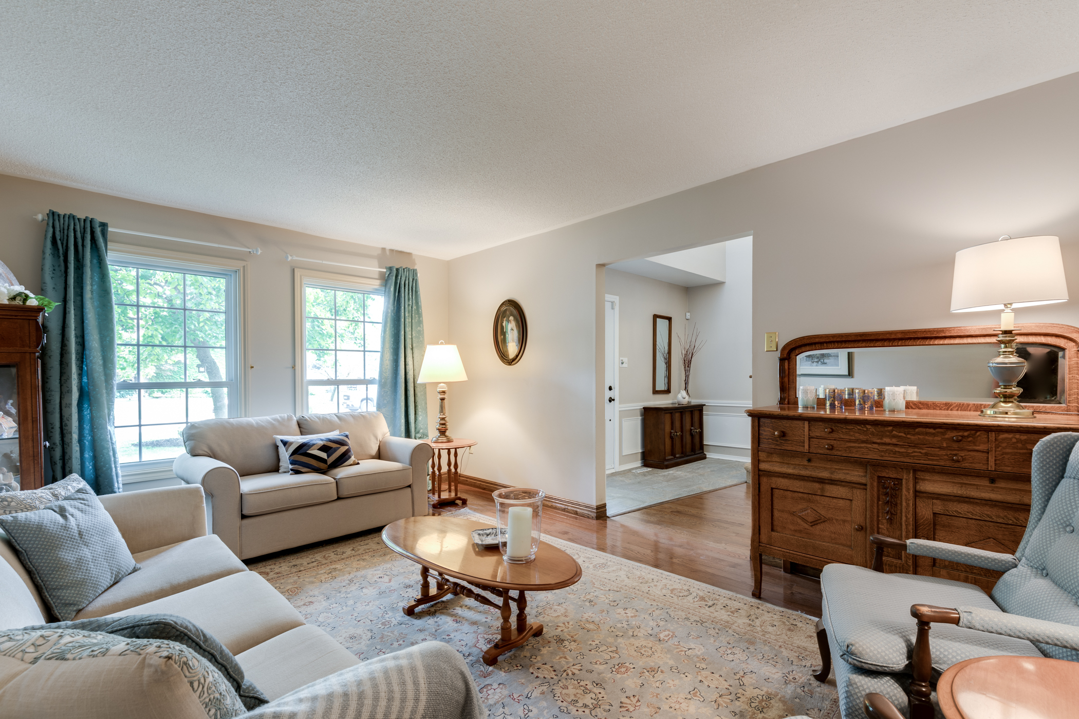 38 Charterhouse Cres. Ancaster ON - Living Rm